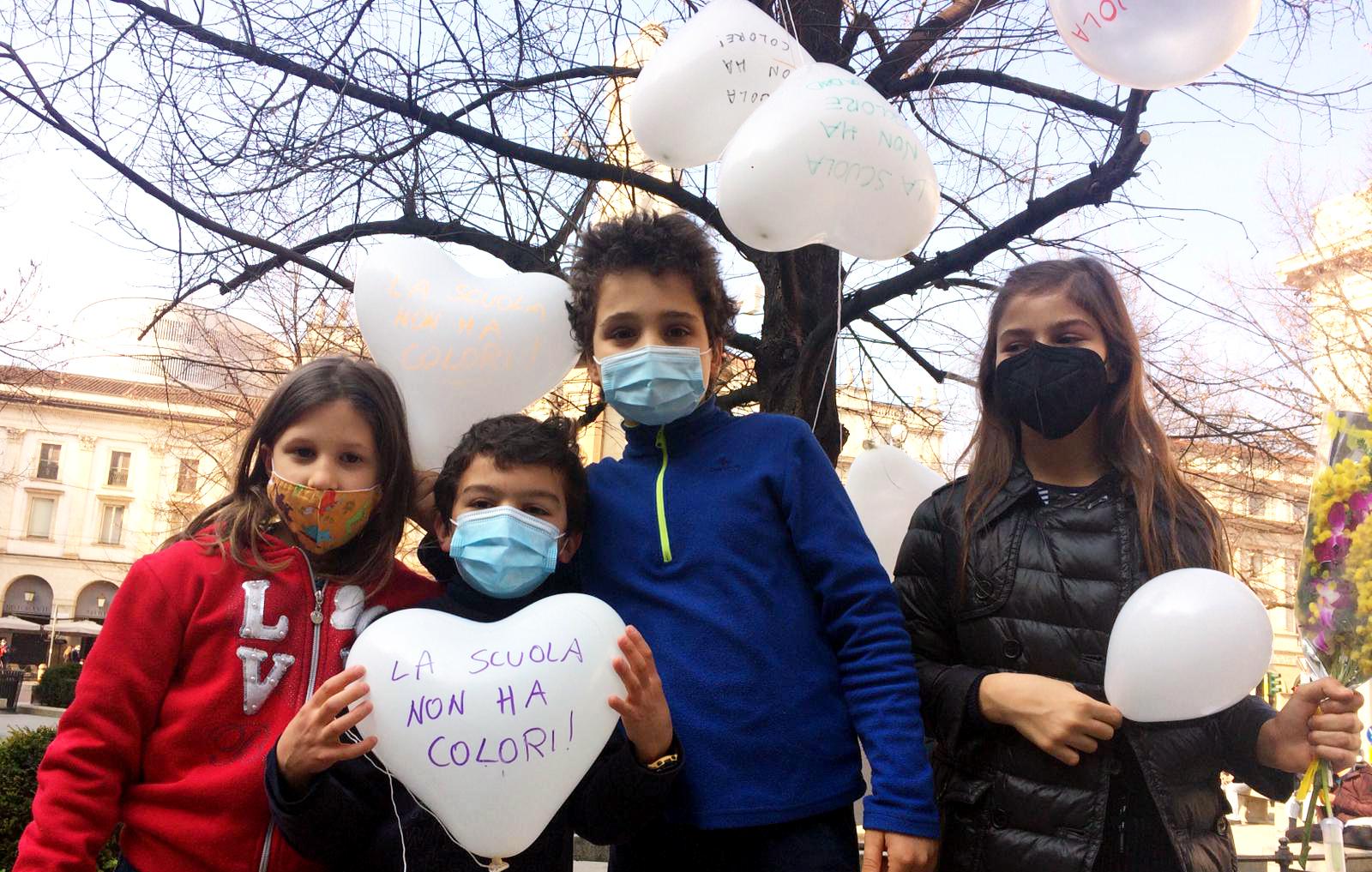 8 Marzo bambini con palloncini bianchi a Palazzo Marino