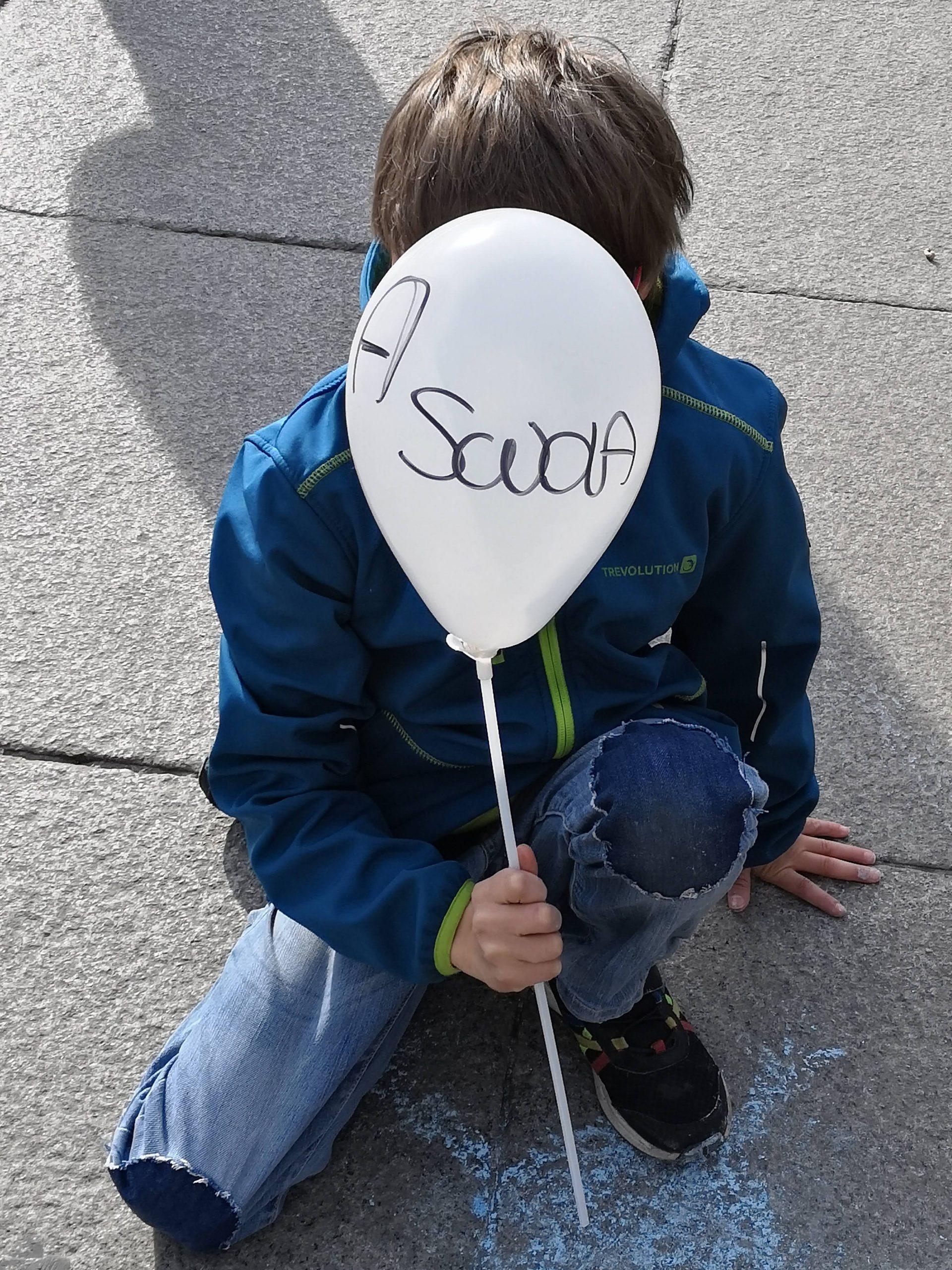 Manifestazione A scuola! bambino con palloncino
