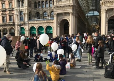 Milano 21 Marzo palloncini bianchi