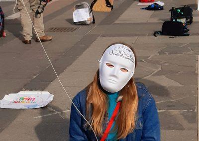 Ragazza manifestante con maschera A Scuola!