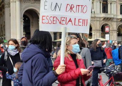 Manifestanti per la scuola come diritto essenziale in Duomo